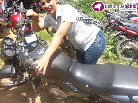 Mulher se alegra ao recuperar a moto que foi roubada