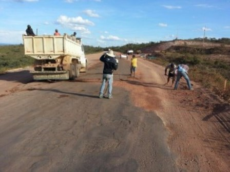Igaporã: Revoltados com descaso, população tapa buracos de rodovia