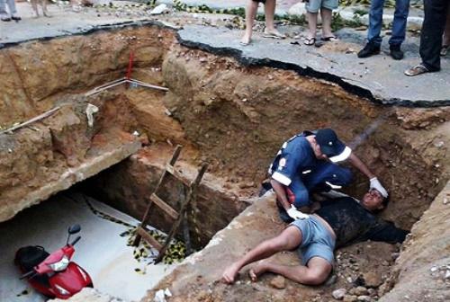 Motociclista cai em buraco feito pela Prefeitura para manutenção da rede de águas pluviais
