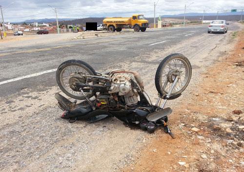 Colisão entre carro e moto no trevo de Sussuarana deixa duas pessoas feridas