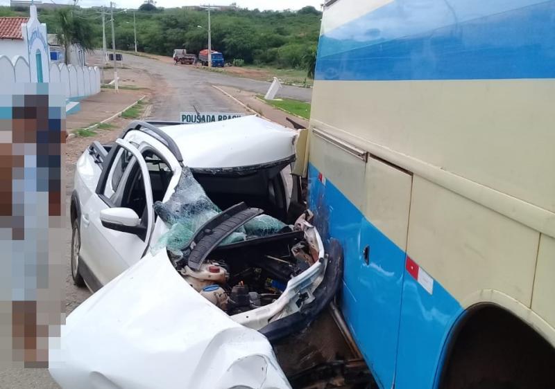 Motorista colide na traseira de ônibus na entrada de Tanhaçu