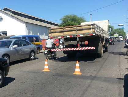 Caminhão quebra na Av. Mourão Guimarães e o trânsito fica lento