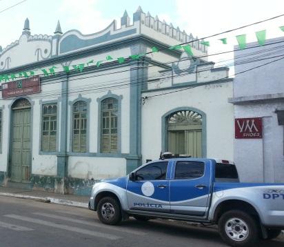 Bandidos arrombam farmácia no centro a cidade