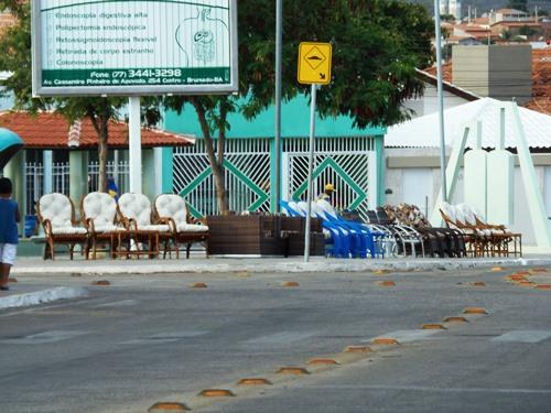 Por falta de fiscalização vendedores voltam a expor móveis nas praças