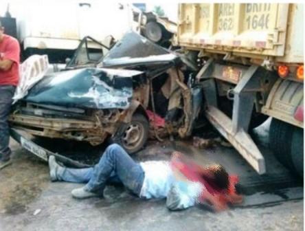 Luís Eduardo Magalhães: Carro é esmagado entre duas carretas na BR 242
