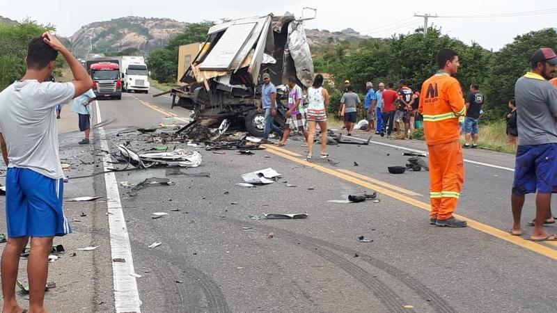 Acidente envolvendo caminhão da banda de Léo Santana deixa 2 mortos na Chapada Diamantina
