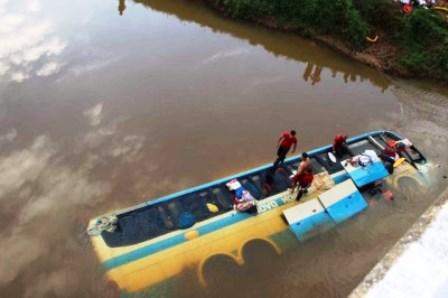 MG: Ônbus da Novo Horizonte cai de ponte na BR-116