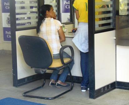 Menor se descuida e ladrão furta bolsa dentro de supermercado