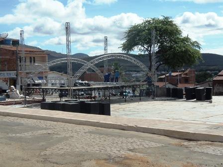 """Prefeitura realiza operação """"caiação"""" e """"tapa buracos"""" só na praça onde acontecerá a festa de São Pedro no Olhos D´Água"""