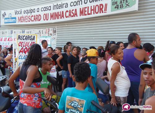 """Dezenas de pessoas formam fila em """"Saldão dos acidentados"""""""