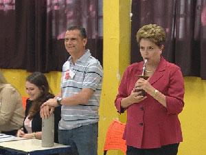 Ao lado de Tarso Genro, Dilma Rousseff vota em Porto Alegre