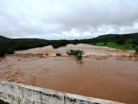 Rios e barragens transbordam e comunidades ficam isoladas