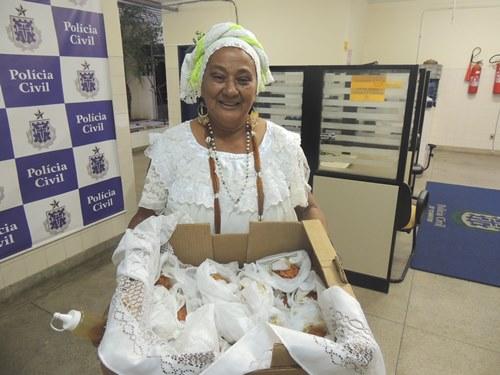 Baiana mantém tradição e leva acarajé aos presos