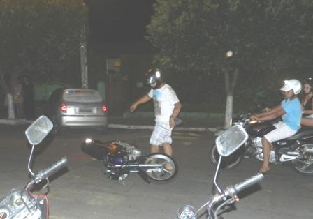 Foi fazer bonito, se deu mal: Jovem cai ao tentar empinar moto na praça da prefeitura