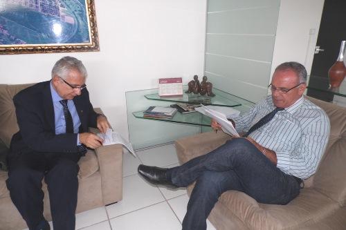 Prefeito assina convênio com a Caixa Econômica Federal e praças públicas serão construídas nos distritos de Cristalândia e Itaquarai