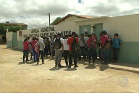 Vitória da Conquista: Escola faz rodízio de aulas por falta de carteiras