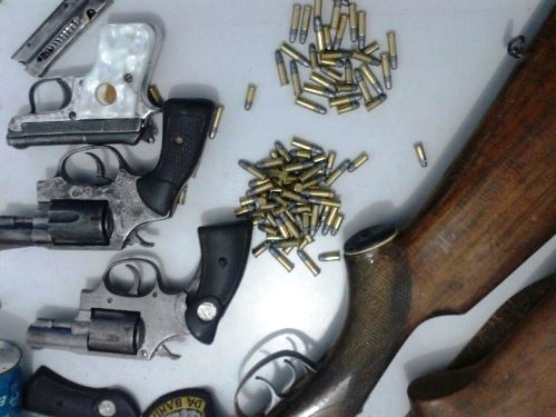 Homem é preso pela Guarnição da CIPE/SUDOESTE enquanto realizava manutenção em várias armas dentro de sua residência