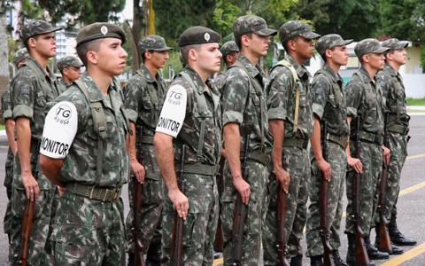 Cerimônia de entrega do certificado de dispensa do serviço militar.