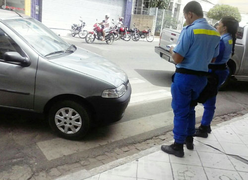Falta de conhecimento ou de consciência leva veículo a ser multado no centro