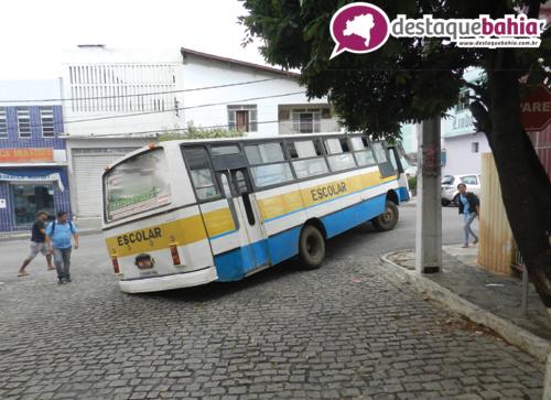 Ônibus Escolar cai em buraco no centro da cidade