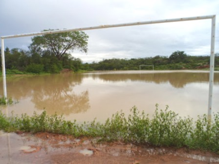 Campo de futebol transforma-se em lagoa