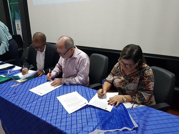 Aracatu: Lêda Matias assina termo de compromisso em apoio ao Plano Municipal de Saneamento Básico