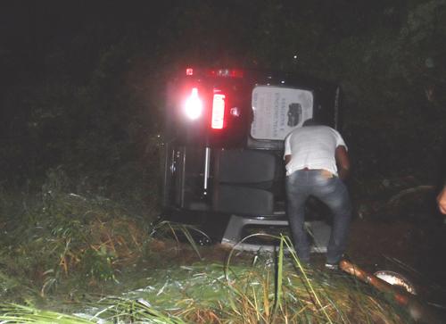 Van com 12 passageiros tomba próximo a Aracatú