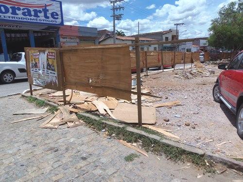 Obra não começa e atos de vandalismo destroem tapumes na área de estacionamento da cesta do povo