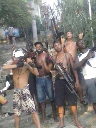 Salvador: Homens fortemente armados fazem pose para foto