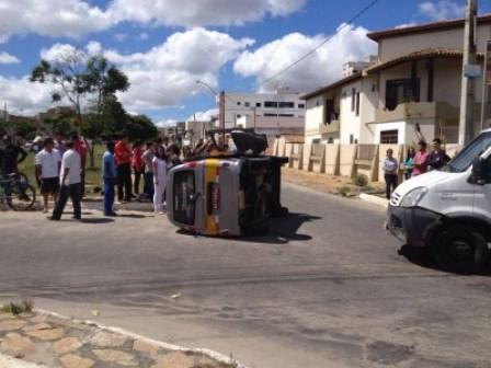 Van escolar tomba após colisão