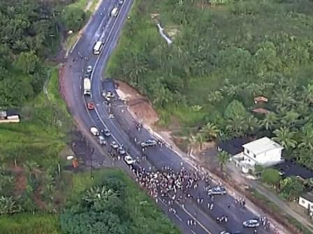 Simões Filho: Grupo bloqueia pistas e trava trânsito na BA-093