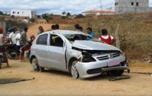 Carro capota e um dos ocupantes é arremessado para fora do veículo
