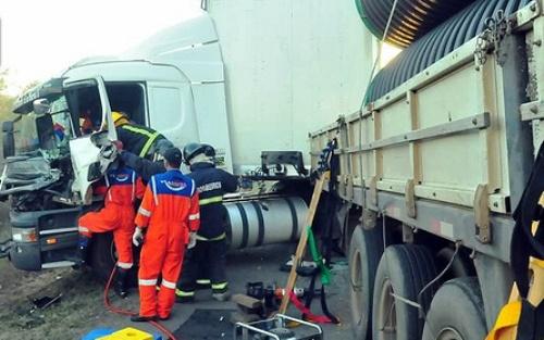 Motorista fica preso às ferragens após colisão na BR 116
