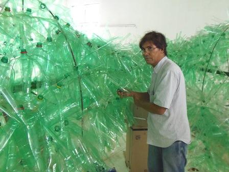 Artista plástico  confecciona árvores de natal com garrafas PET