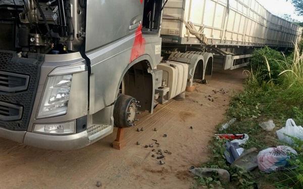 Grupo amarra motorista e rouba pneus de carreta em Jaguaquara