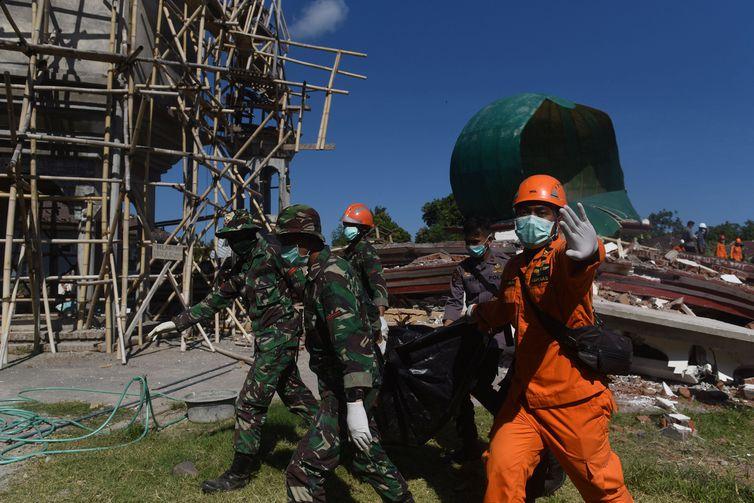 Numero de mortos em tsunami e terremoto na indonésia chega a quase 2 mil