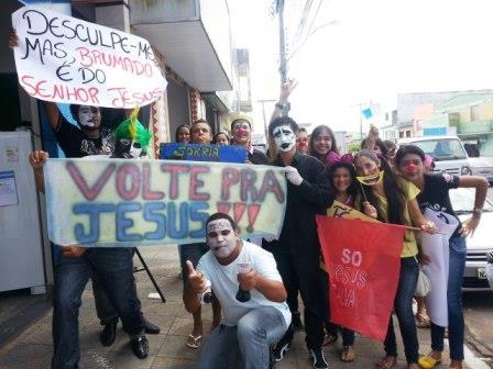 Descontraídos e com muita fé, jovens realizaram evangelismo nas ruas de cidade