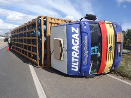 Caminhão carregado de botijões de gás tomba na BR-324