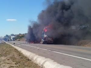 Acidente na BR-116 entre dois caminhões e carro de passeio resulta em quatro mortes
