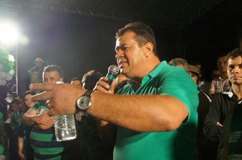 Marquinhos Viana discursa para uma multidão em seu último comício