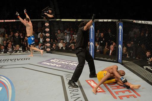 Anderson Silva sofre lesão durante revanche contra Chris Weidman e não recupera o cinturão dos médios no UFC