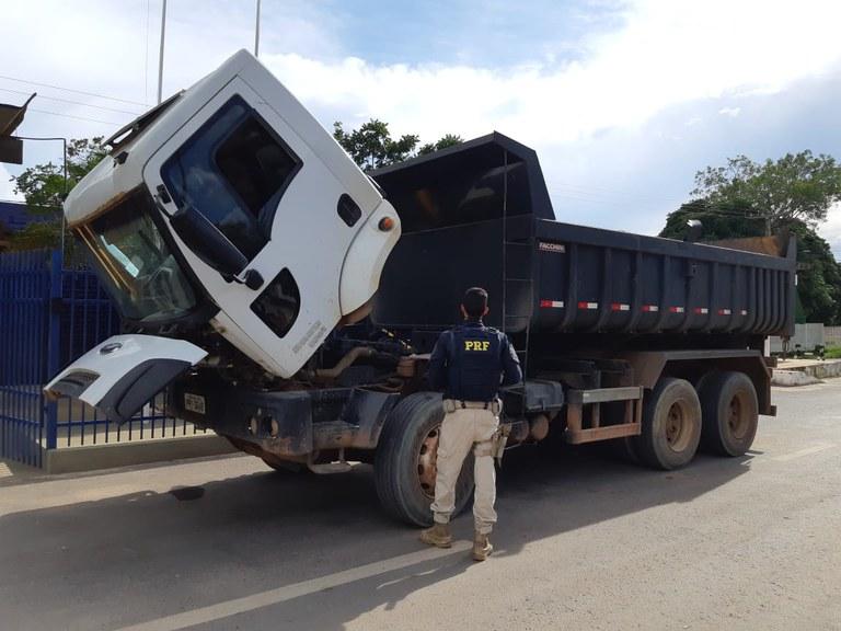 Caminhão que utilizava numeração de chassi de viatura oficial do Exército Brasileiro é aprendido na BR 242