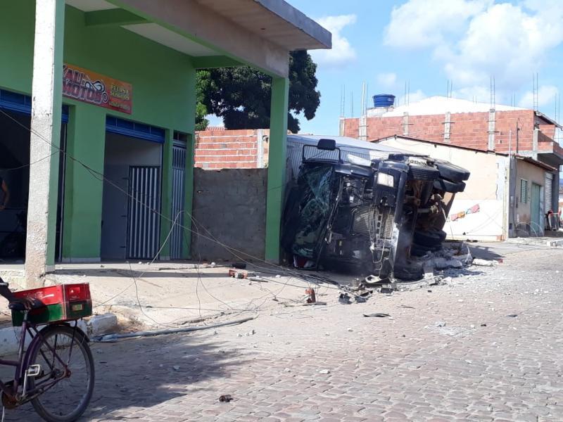 Caminhão Baú perde os freios e tomba no centro de Ituaçu; rede elétrica foi danificada