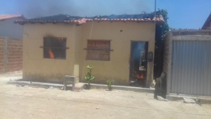 Adolescente é detida em Aracatu após colocar fogo na casa da própria mãe