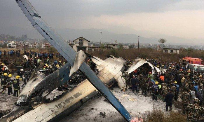 Avião com 67 passageiros e 4 tripulantes cai em aeroporto do Nepal