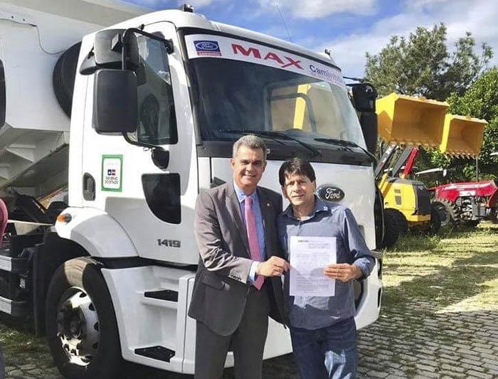 Prefeitura de Aracatu é beneficiada com caçamba de grande; prefeito Sérgio Maia recebeu o veículo