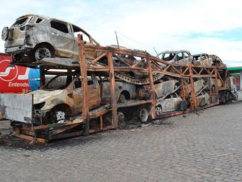 Caminhão cegonha pega fogo e destrói 11 veículos em posto de combustível