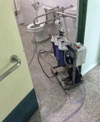 Máquina de hemodiálise é ligada em vaso sanitário de hospital
