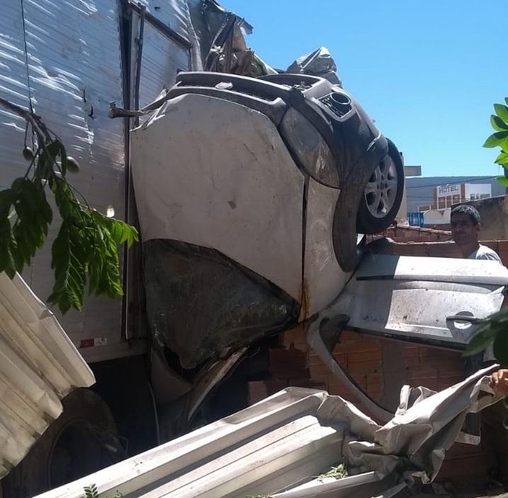 Caminhão desgovernado provoca grave acidente na entrada de Ituaçu