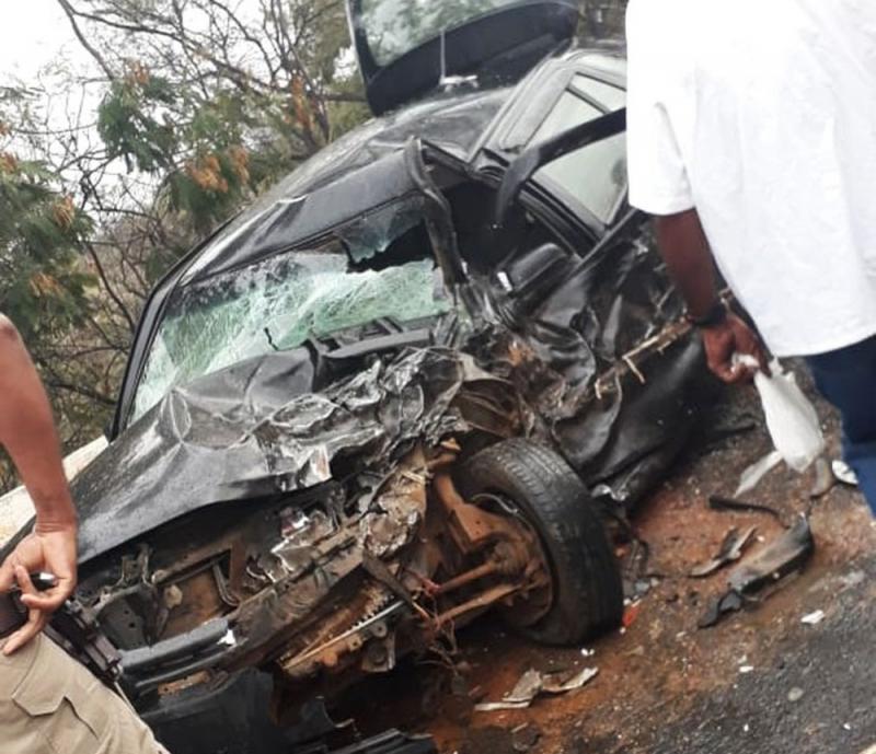 Motorista morre e policiais ficam feridos após colisão entre carro e viatura da PM na Bahia